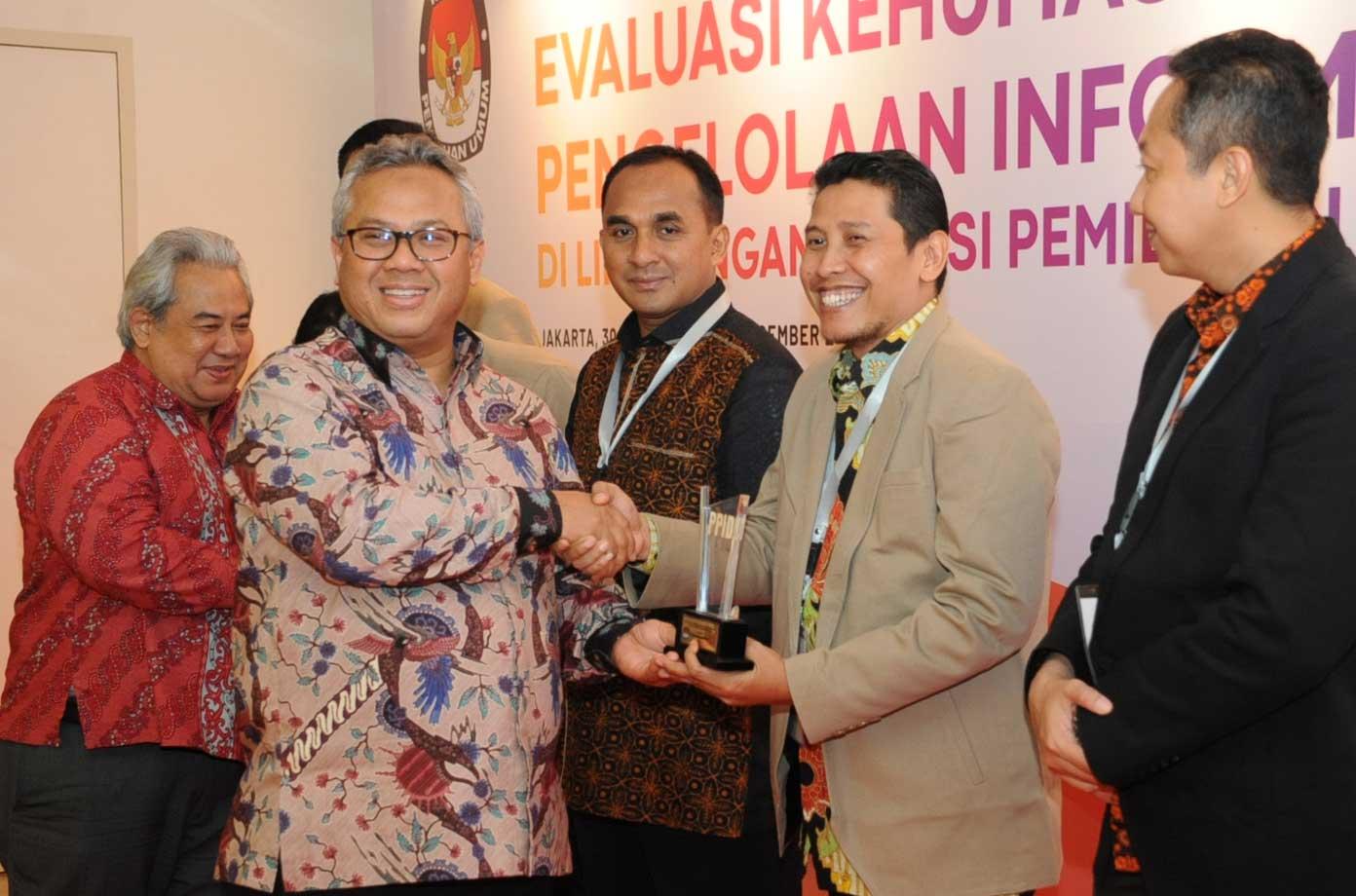 Penganugerahan Pemeringkatan PPID KPU Provinsi/KIP Aceh dalam Rapat Evaluasi PPID Tahun 2018